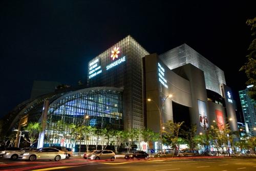 Самый большой в мире универсальный магазин был открыт в марте 2009 года...